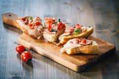 Sandwiche auf einem Brett auf einem Holztisch Lizenzfreie Stockfotografie