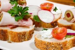 Sandwiche auf Feiertagstabelle Stockbild