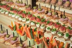 Sandwiche auf Feiertagstabelle im Restaurant Stockbild