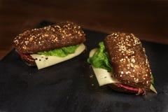 Sandwiche auf schwarzem Stein Lizenzfreie Stockfotos
