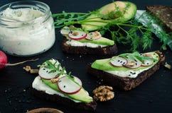 Sandwiche des Roggenbrotes mit Avocado und Ziegenkäse Stockbild