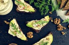 Sandwiche des Roggenbrotes mit Avocado und Ziegenkäse Stockfoto