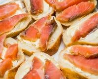 Sandwiche mit Butter und roten Fischen Stockbild