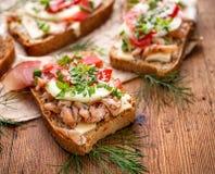 Sandwiche mit dem selbst gemachten Brot, Fische, Gemüse und frische Kräuter enthalten Stockfoto