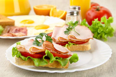 Sandwiche mit Eiern auf Platte zum Frühstück auf Leinentischdecke Stockfotos