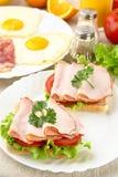 Sandwiche mit Eiern auf Platte zum Frühstück auf Leinentischdecke Stockbild