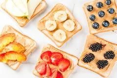 Sandwiche mit Erdnussbutter, Beere und Frucht lizenzfreie stockbilder