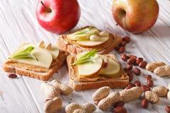 Sandwiche mit Erdnussbutter und einem Apfel horizontal Lizenzfreies Stockfoto
