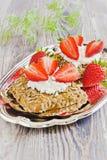 Sandwiche mit Hüttenkäse und Erdbeeren Stockbilder