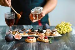 Sandwiche mit Käse, frischen Feigen und Honig auf rustikaler hölzernes Brett Darstellung auf Holztisch bruschetta mit Feigen, Käs lizenzfreie stockbilder