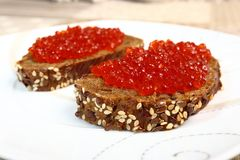 Sandwiche mit Kaviar auf einer weißen Platte Lizenzfreies Stockbild