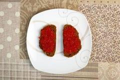 Sandwiche mit Kaviar auf einer weißen Platte Stockbilder
