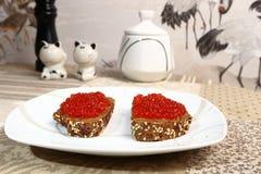 Sandwiche mit Kaviar auf einer weißen Platte Lizenzfreie Stockfotos