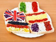 Sandwiche mit Markierungsfahnen von fünf Ländern Lizenzfreies Stockfoto