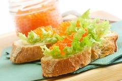Sandwiche mit rotem Kaviar Lizenzfreie Stockbilder