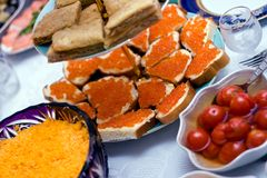 Sandwiche mit rotem Kaviar Stockbild