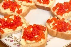 Sandwiche mit rotem Kaviar auf einem Laib von Butter, Nahaufnahme stockbild