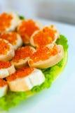 Sandwiche mit rotem Kaviar auf einer Platte stockfotografie