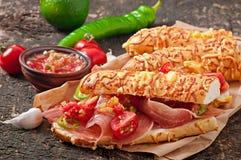 Sandwiche mit Schinken- und Tomatensalsabad Lizenzfreie Stockfotos