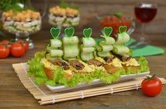 Sandwiche mit Sprotte, Ei und Gurke Stockbild