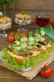 Sandwiche mit Sprotte, Ei und Gurke Stockfoto
