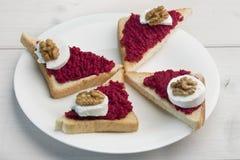Sandwiche mit Verbreitung, Ziegenkäse und Walnuss der roten roten Rübe stockbild