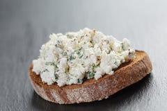 Sandwiche ou bruschetta de Rye com queijo da ricota Foto de Stock