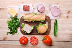 Sandwiche und Bestandteile Nahrung Neues u. gesundes Lebensmittel Konzept Lizenzfreie Stockfotos