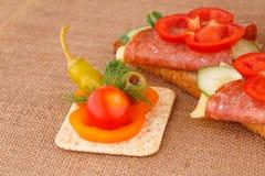 Sandwiche und Soße Stockfotos