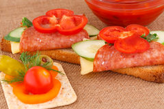 Sandwiche und Soße Stockbild