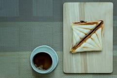 Sandwiches als op een houten dienblad Stock Afbeeldingen