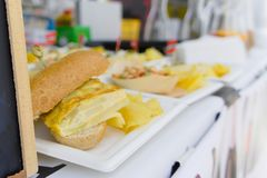 Sandwiches die op de straatmarkt worden verkocht stock afbeelding
