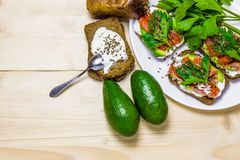 Sandwiches met avocado, forel en zure room, met kruidige dille wordt bestrooid die Selderiebladeren royalty-vrije stock afbeelding