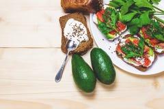 Sandwiches met avocado, forel en zure room, met kruidige dille wordt bestrooid die Selderiebladeren royalty-vrije stock foto