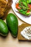 Sandwiches met avocado, forel en zure room, met kruidige dille wordt bestrooid die Selderiebladeren royalty-vrije stock fotografie