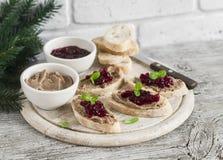 Sandwiches met de pastei van de kippenlever en Amerikaanse veenbessaus Royalty-vrije Stock Fotografie