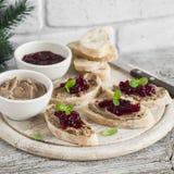 Sandwiches met de pastei van de kippenlever en Amerikaanse veenbessaus Royalty-vrije Stock Afbeeldingen