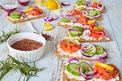 Sandwiches met gerookte forel, zachte roomkaas stock afbeeldingen