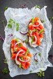 Sandwiches met gerookte zalm Stock Afbeeldingen
