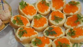 Sandwiches met oranje kuiten stock video