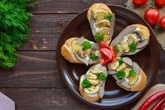 Sandwiches met paddestoelen, de lever van Turkije en tartaarsaus op knapperige baguette Stock Fotografie