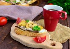 Sandwiches met paddestoelen, de lever van Turkije en tartaarsaus op knapperige baguette en een kop van koffie Stock Foto's