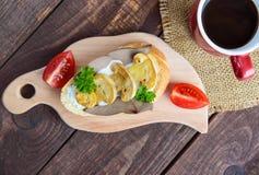 Sandwiches met paddestoelen, de lever van Turkije en tartaarsaus op knapperige baguette en een kop van koffie Stock Foto