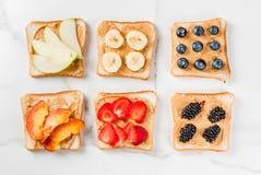 Sandwiches met pindakaas, bes en fruit Royalty-vrije Stock Afbeeldingen