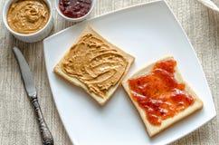 Sandwiches met pindakaas en aardbeigelei Royalty-vrije Stock Fotografie