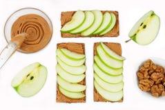 Sandwiches met pindakaas en een appel op de lijst Stock Fotografie
