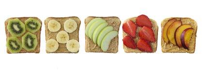 Sandwiches met pindakaas en vruchten op wit worden geïsoleerd dat Royalty-vrije Stock Afbeelding
