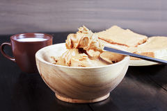 Sandwiches met pindakaas op houten plaat, pindakaas Stock Afbeelding