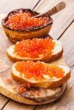 Sandwiches met rode kaviaar Stock Afbeelding