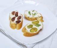 Sandwiches met romig witte kaas, worst, olijven en dille royalty-vrije stock foto's